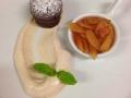 Horký čokoládový dortík s rebarborovým kompotem a skořicovou zakysanou smetanou