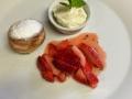 Smažené koblížky s jahodovým salátkem, bílým rumem, mascarpone a mátou