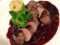 Pečený kančí hřbet na ragout z červené řepa, hříbků, portského vína a zvěřinového demi glace, špekové brambory