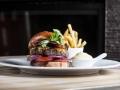 Hovězí cheeseburger (domácí bulka, čedar, slanina, majonéza, kečup, rajče, okurka, cibule, salát), steakové hranolky U-Fries
