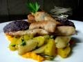 Králičí galantina doplněná grilovanými králičími hřbety, glazírovaná žlutá mrkvička s černým kořenem, šťouchané fialové brambory