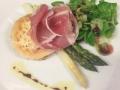 Gratinovaný kozí sýr na toastu s parmskou šunkou, chřest a salátek