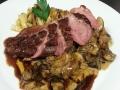 Grilované kachní prso na hříbkovém ragout, domácí těstoviny, rozmarýnová omáčka