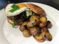 Jehněčí cheeseburger s cibulí vařenou v červeném víně, sýrem Bleu d'Auvergne a sázeným vejcem, opečené brambory