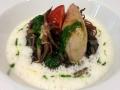 Slávkami plněné grilované kalamari na sepiovém risottu, smetanová pěna s ouzem
