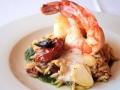 Tygří krevety na těstovinovém risottu se sušenými rajčaty a olivami, krevetová pěna
