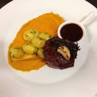Steak z jeleního hřbetu s dýňovým purée, petrželovými brambůrkami a brusinkovou omáčkou s portským vínem