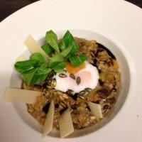 Dýňové risotto s hříbky, pošírovaným vejcem a hoblinami parmezánu