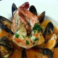 Francouzská polévka Bouillabaisse s grilovanými tygřími krevetami (losos, pražma královská, slávky, 3ks tygří krevety)