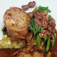 Králičí roláda s ragout z králičích ledvinek a zelených fazolek, selská omeleta, libečková omáčka