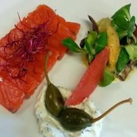 Marinovaný losos s koprovou zakysanou smetanou, kapary a salátkem s citrusovými plody