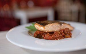 Grilovaný losos, zelenina Ratatouille